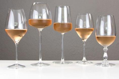 A pohár alakján is múlik, hogy mennyit iszunk