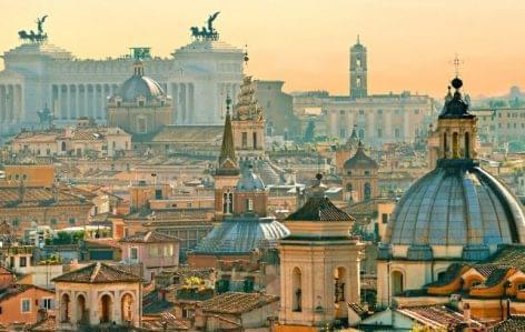 Püspökök, vendéglősök  és fodrászok is tiltakoznak a lassított újraindulás ellen Olaszországban