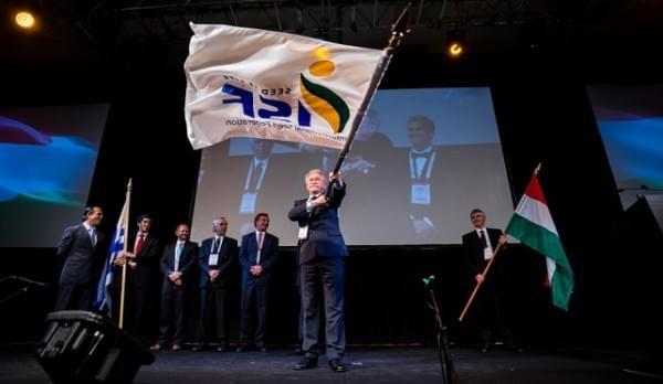 Pavelka Arpad az ISF zászlajaval