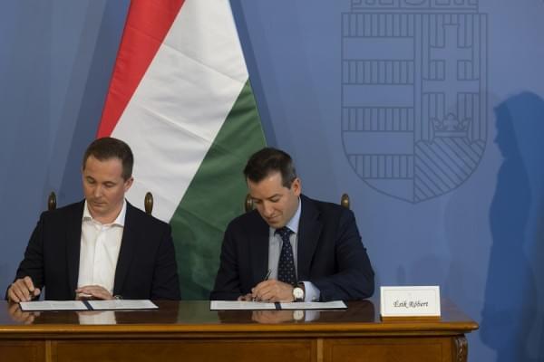 SZIJJARTO_Peter és ÉSIK_Róbert részt vesznek a LIDL és a HIPA között kötött megállapodás aláírási ceremóniáján a KKM-ben