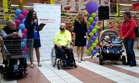 Mozgáskorlátozottakat és családosokat segítő, speciális bevásárlókocsikat vezet be az Auchan