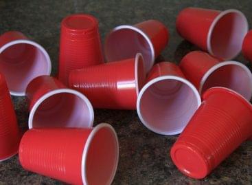 Budweiser: focipálya újrahasznosított poharakból