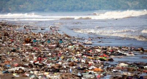 Műanyag palackok tengerparti hulladékból