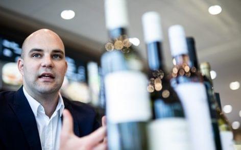 Sommelier a benzinkúton: az OMV borkínálatát mostantól Szik Mátyás borszakértő válogatja
