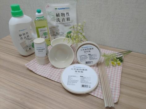 Lebomló tányérokat, poharakat és szívószálakat kínál a Family Mart Tajvanban