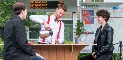 Kávézó-buszmegálló – A nap videója