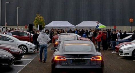 A fóti Auchannál nyitották meg Magyarország legnagyobb Tesla Supercharger töltőállomását