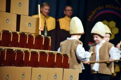 """Ötszáz kilogramm mézet adományoztak az erdélyi árváknak a """"Legyen minden nap mézes nap"""" kampány keretében"""