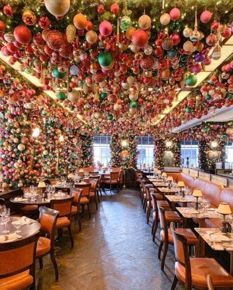 Tipikusan amerikai karácsonyi étteremdekoráció – A nap képe