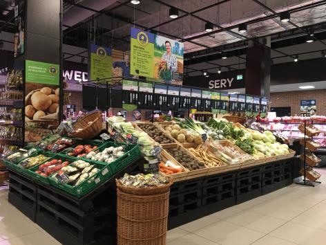 Kivonja a forgalomból az eldobható műanyag tányérokat és evőeszközöket a Carrefour Polska