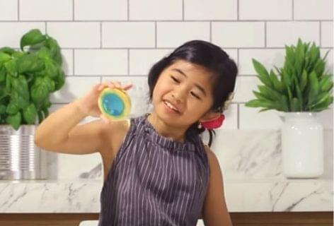 Csörgő kekszre harap a gyerek – A nap videója