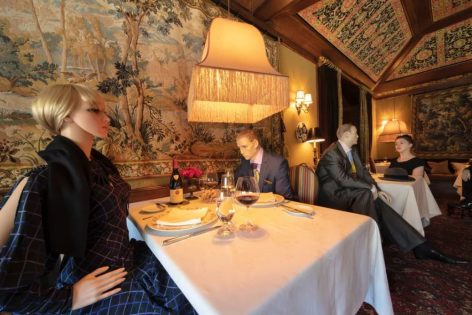 Próbababák enyhítik a 3 Michelin-csillagos étteremben a társadalmi távolságtartás miatt megüresedett asztalok látványát – A nap képe