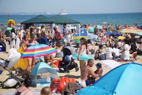 Komoly incidensnek nyilvánították Dél-Angliában a tengerparti turistaözönt