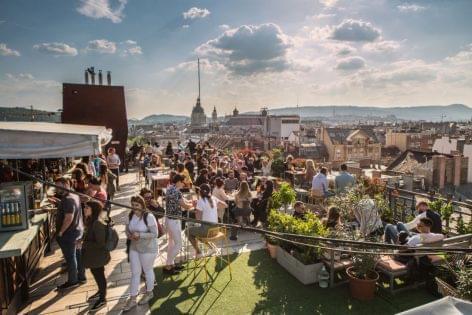 Zöld oázis és nyári hangulat – koncepcióváltással a magyar vendégért