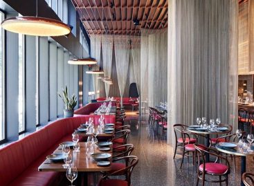 Bronze curtain dividing different restaurant areas – Picture of the day