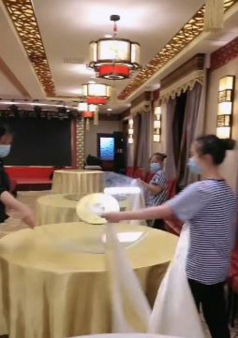 Mit tanultak a kínai pincérek a járvány idején – A nap videója