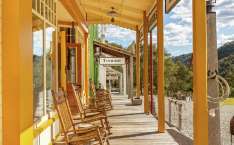 Hotel, modeled after an 1860s American Wild West town – Video of the day