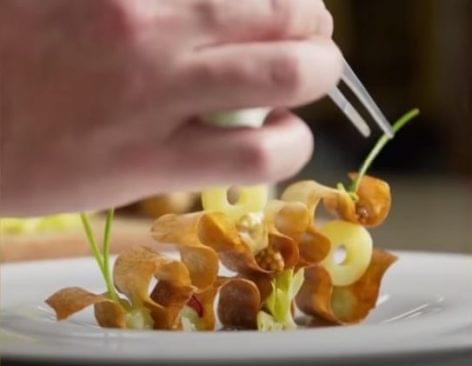Jelenetek az éttermi tálalás és a képzőművészet határáról – A nap videója