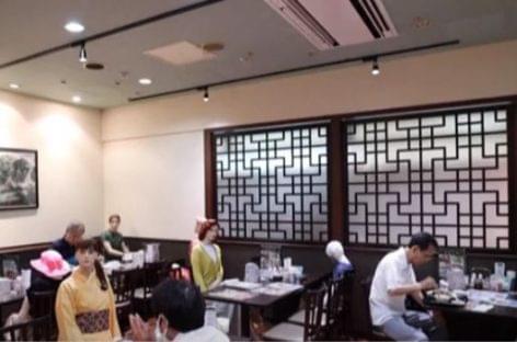 Ebédelni, mint egy horrorfilmben – A nap videója