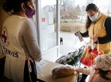 Az Auchan újabb támogatásának köszönhetően folytatja a kenyér- és tejosztást a Magyar Vöröskereszt