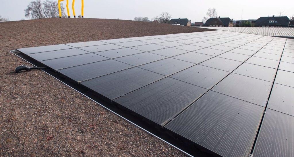 Jumbo tető magokkal és napelemekkel