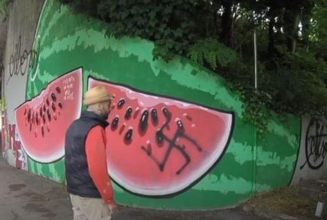 Ételeket a falakra festve harcol a gyűlölet ellen – A nap videója